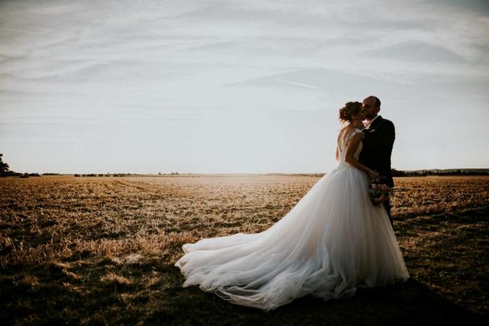 photo de mariage au coucher du soleil au domaine de la Tremblaye