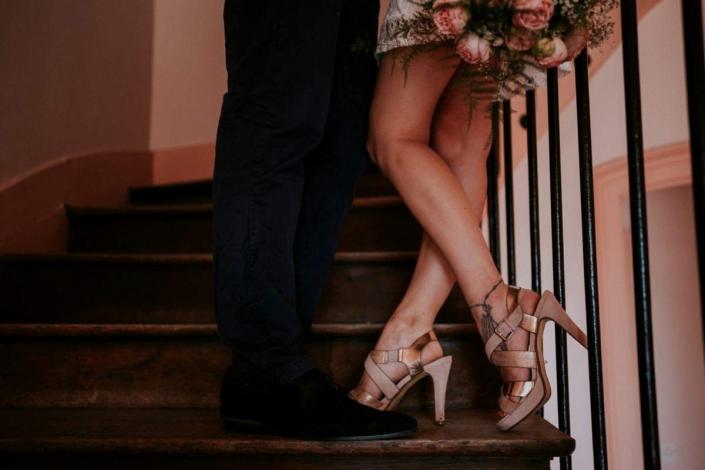 un couple vient de se marier lors d'une cérémonie civile