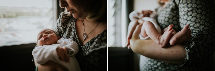 bébé dort dans les bras de sa maman à la maternité - photographe naissance Chartres Eure et Loir