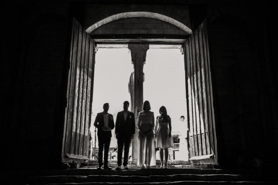 Entrée des témoins lors de la cérémonie religieuse - photographe de mariage Essonne