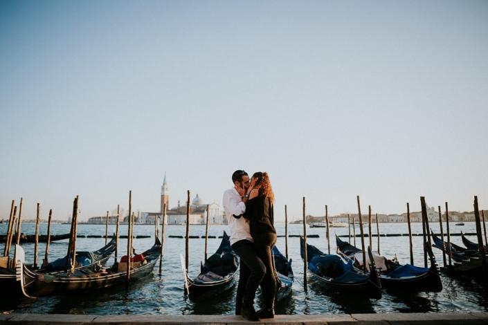 un couple s'embrasse sur la place Saint Marc à Venise