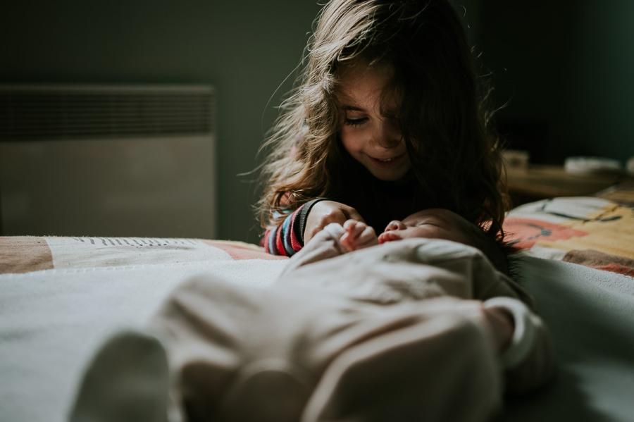séance photo de bébé qui arrive à la maison - photographe maternité Chartres