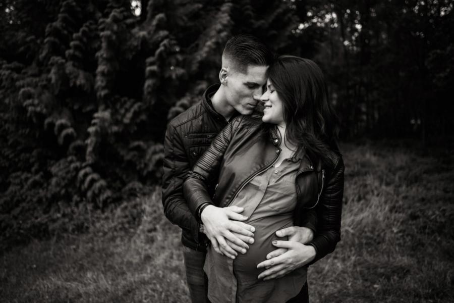 Moment de tendresse future maman et papa en forêt de Rambouillet - Arnaud Delaunay photographe Eure et Loir