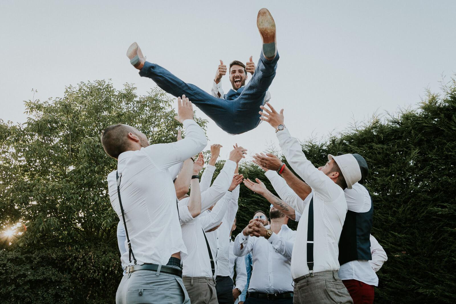 séance photos reportage mariage tourelles du fonville eure et loir marié en l'air cocktail vin d'honneur fun décalé