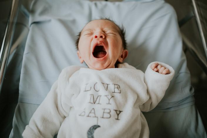 séance photo nouveau-né maternité Coudray