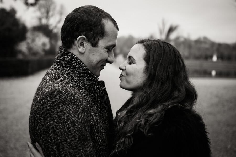 Une jolie séance photo en amoureux à Versailles-photographe Versailles
