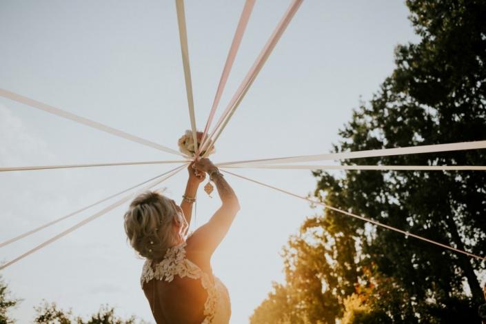 Photo du jeu du ruban pour le bouquet de la mariée à l'allée de Marolles