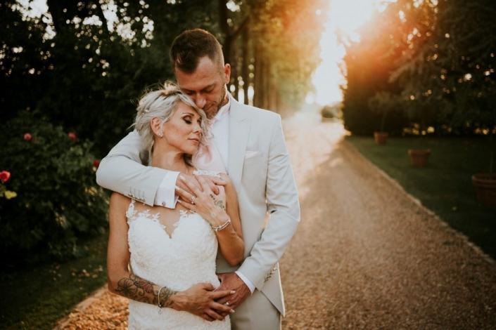 Photos de jeunes mariés au coucher du soleil à l'allée de Marolles