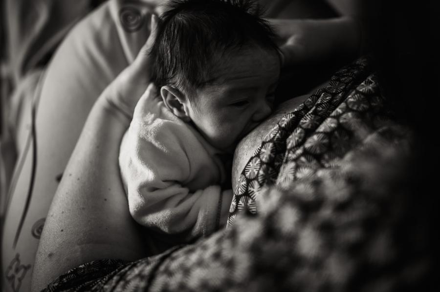 allaitement d'un nouveau-né par sa maman dans la chambre de la maternité - photographe maternité et naissance Chartres