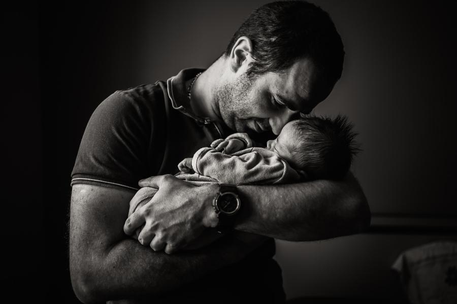 portrait d'un papa et son nouveau-né en noir et blanc - photographe naissance et maternité Chartres