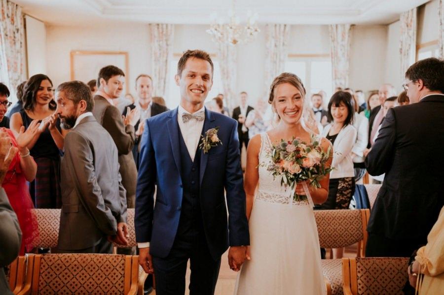 Entrée des mariés dans la mairie de Longpont-sur-Orge - photographe de mariage Essonne