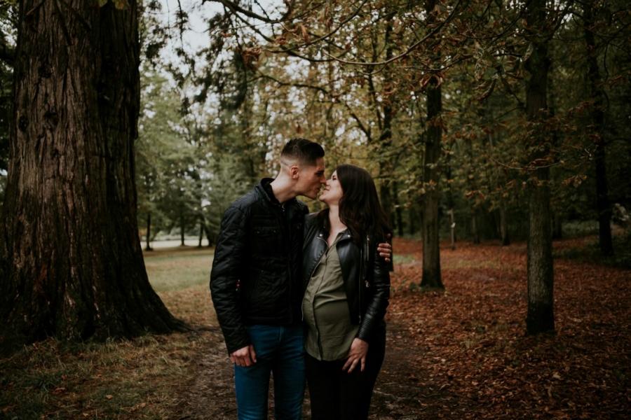 Futurs parents qui s'embrassent durant une séance photo de grossesse en forêt de Rambouillet - Arnaud Delaunay photographe Eure et Loir