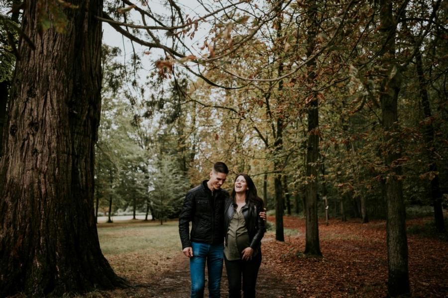 Éclats de rires pendant une séance photo de grossesse en forêt - Arnaud Delaunay photographe Eure et Loir