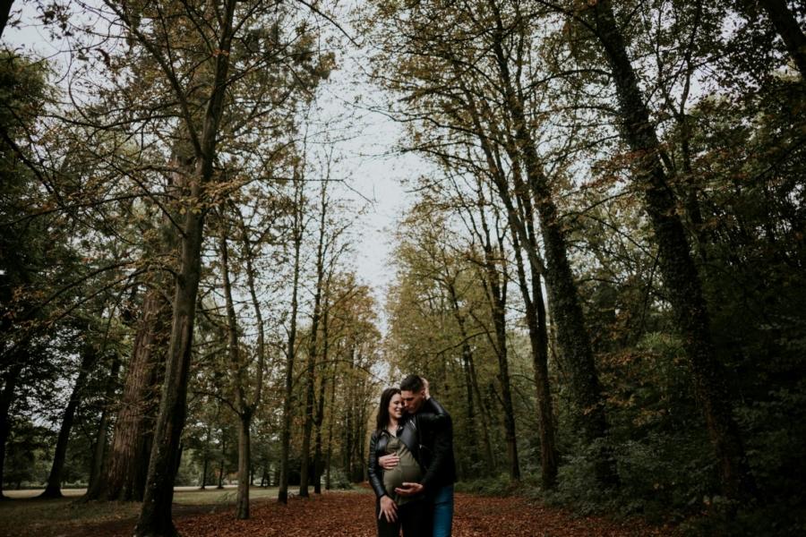Une jolie future maman et son amoureux pendant une séance photo de grossesse en forêt de Rambouillet - Arnaud Delaunay photographe Chartres