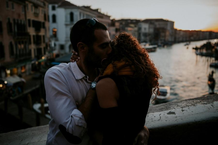 séance photo de couple sur le pont du Rialto à Venise | photographe mariage Chartres