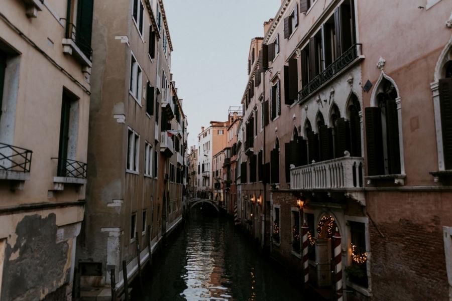Les ruelles de Venise à la tombée de la nuit | photographe mariage Chartres