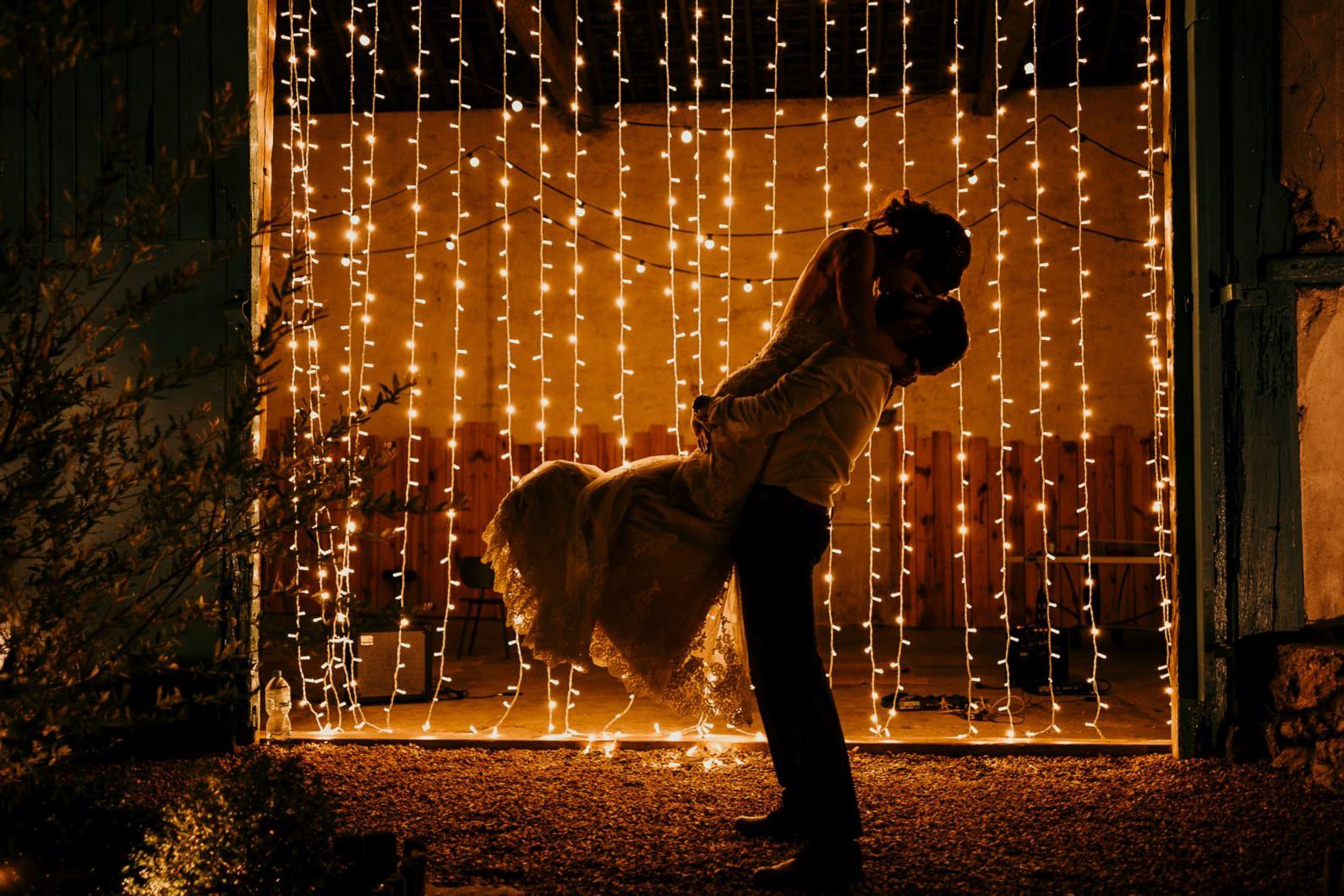 photo d'un couple de jeunes mariés à la ferme d'Armenon