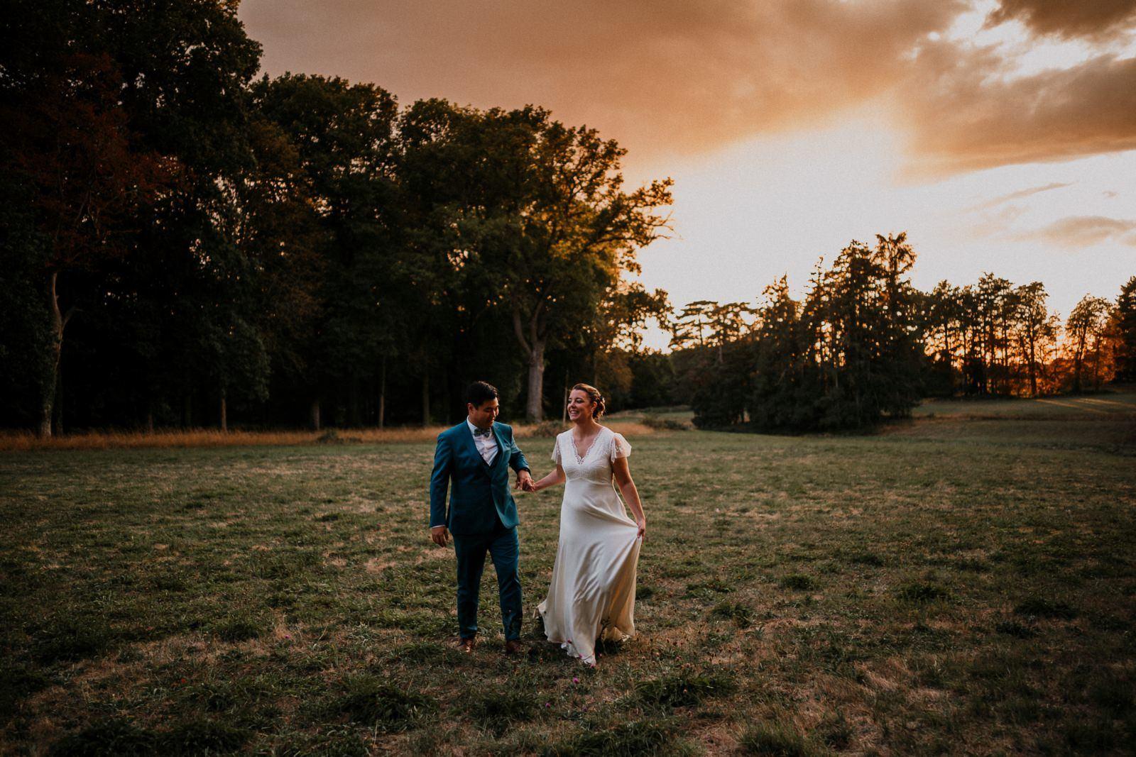 Séance couple de jeunes mariés au château de Courtalain