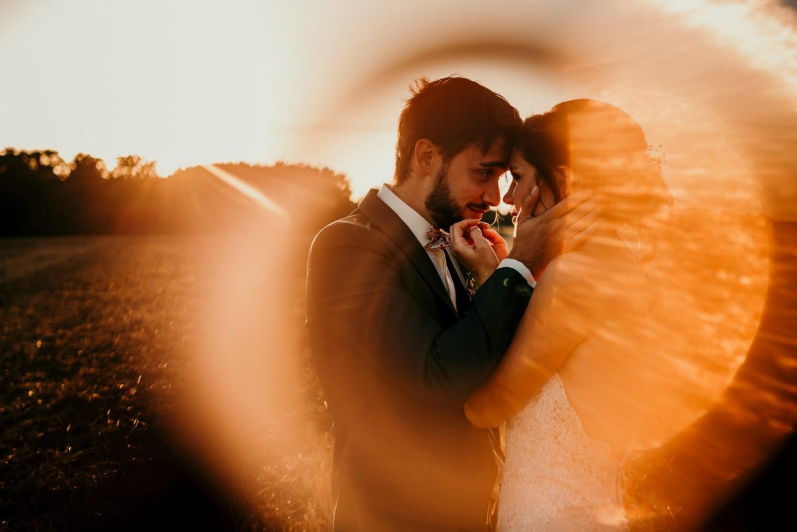 Séance couple de jeunes mariés à la ferme d'Armenon