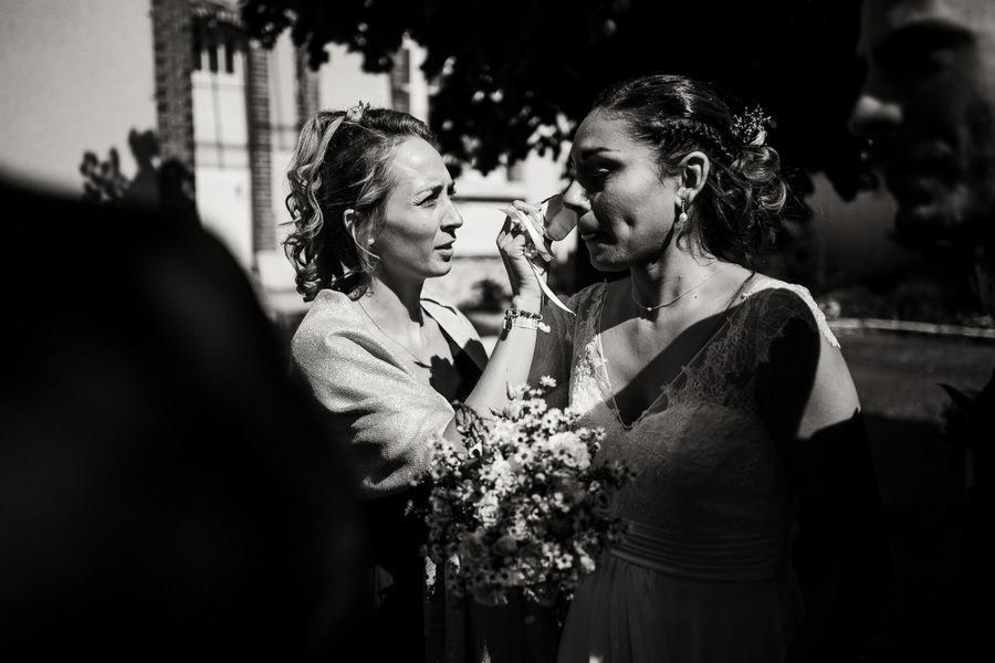 La mariée sèche ses larmes avant son entrée dans la mairie
