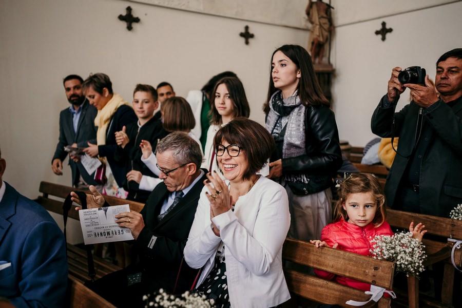 Des invités souriants pendant une cérémonie religieuse