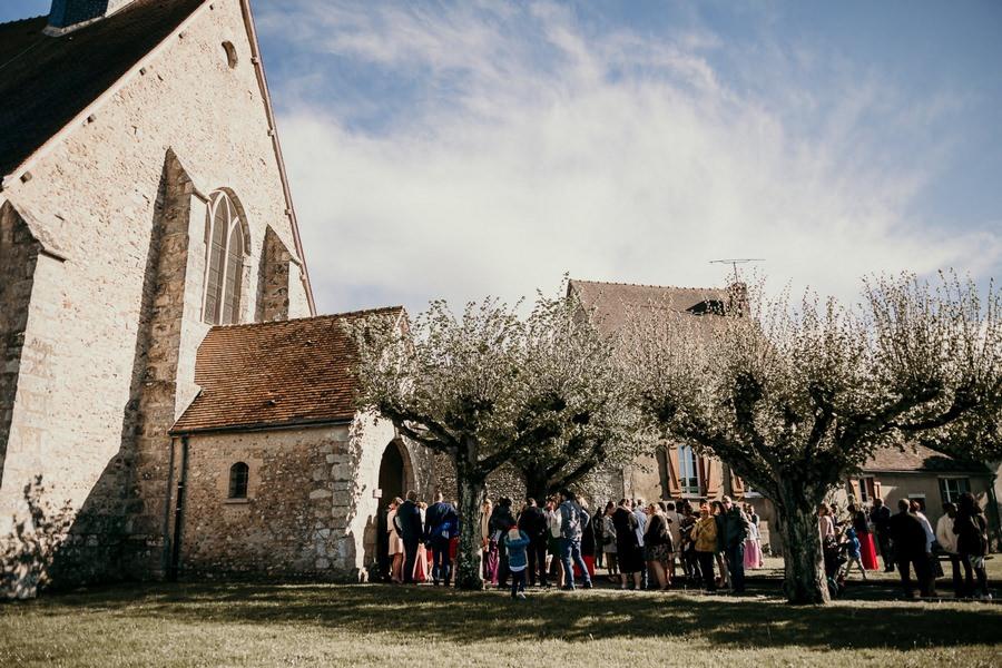 Sortie des mariés lors de leur cérémonie religieuse