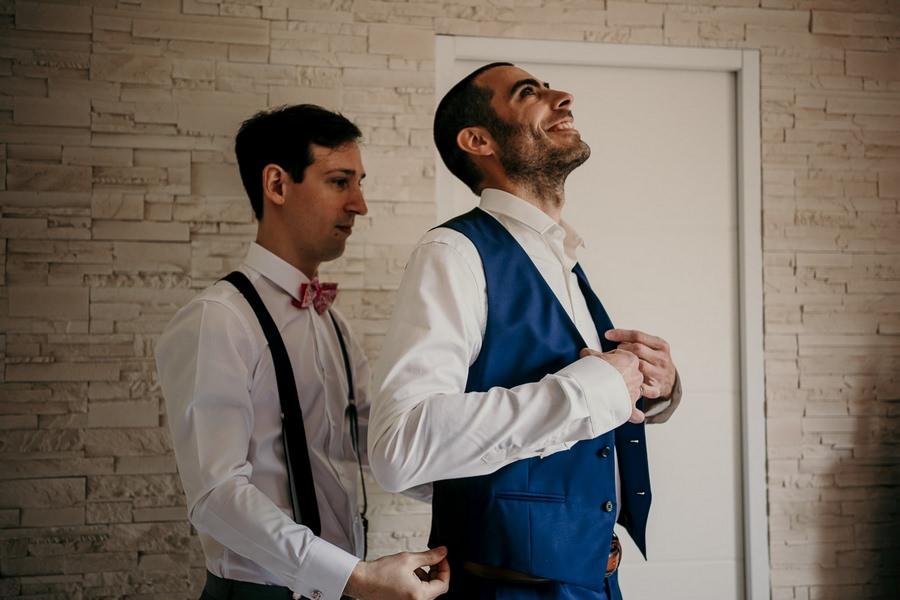 Préparatifs du marié avant un mariage au manoir de Vacheresses